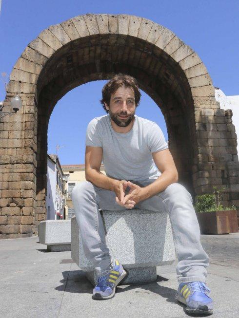 El actor Leandro Rivero, que se mete en la piel de Paris, posa junto al Arco de Trajano. :: J. M. ROMERO