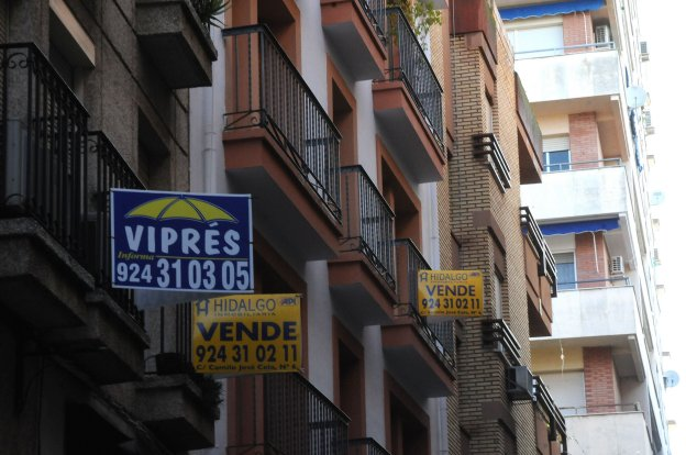 Pisos en venta en la céntrica calle Félix Valverde Lillo en Mérida. :: HOY