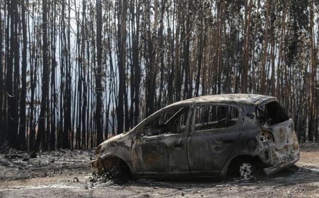 Un coche calcinado en As Neves./Reuters