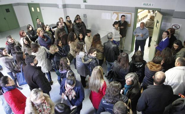 Aspirantes esperan para entrar a hacer un examen del SES en una imagen de archivo./HOY