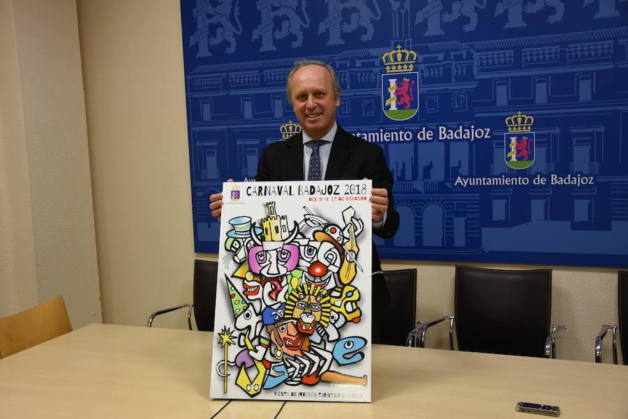 El concejal Miguel Ángel Rodríguez de la Calle posa con el cartel./Casimiro Moreno