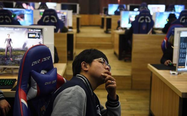 Un estudiante escucha en una clase sobre videojuegos. /GREG BAKER (AFP)