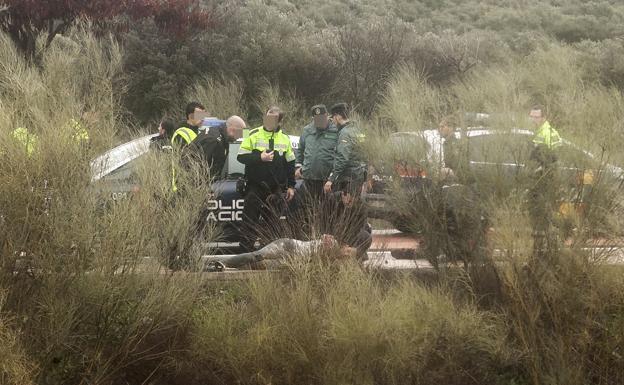 Imagen tomada minutos después del disparo mortal, con el preso fugado en el suelo. :: JORGE REY/