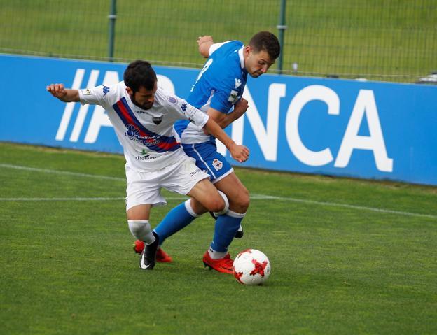 Candelas disputa un balón ante el Fabril. :: Iago López/