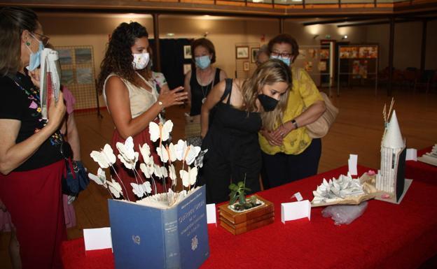 Virginia Aizkorbe, Coordinadora del Plan de Fomenta de la Lectura visita la exposición 'Plantas que crecen en los libros'