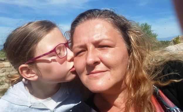 Daniela Turcas con su hija Alexandra en uno de sus paseos /HOY