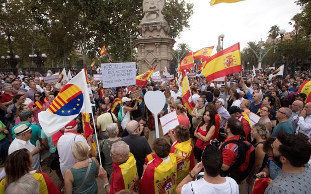 Centenares de personas se han concentrado junto a dirigentes de Ciudadanos y del PP frente al parque de la Ciutadella de Barcelona para mostrar su apoyo a la mujer que el pasado día 25 fue agredida en este lugar cuando retiraba lazos amarillos junto a su marido y sus hijos.