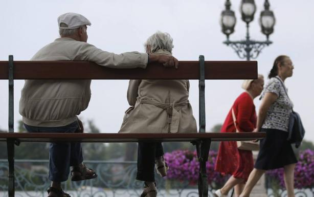 Resultado de imagen para parejas de ancianos se pagan pension solidaria