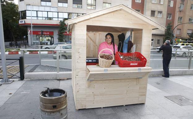 Lola Silva en su nueva caseta de castañas en Primo de Rivera