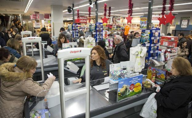 Varias clientes de Dia son atendidas por las cajeras del supermercado. /A. Mingueza