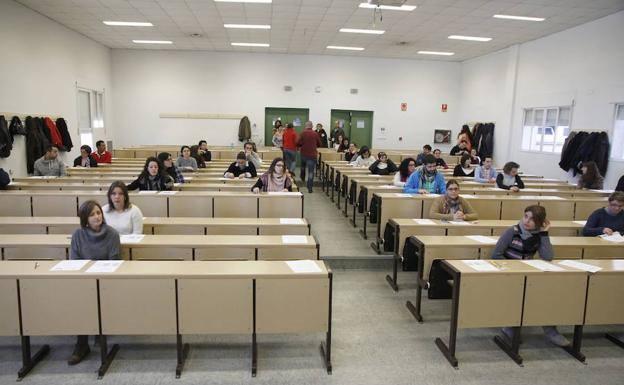 Opositores durante unas pruebas del SES./HOY