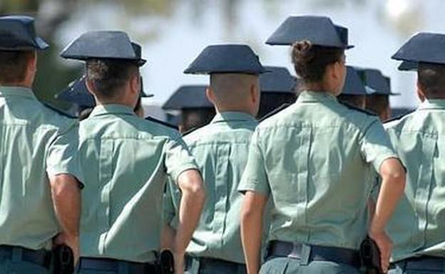 Guardias civiles atraviados con el tricornio./EFE