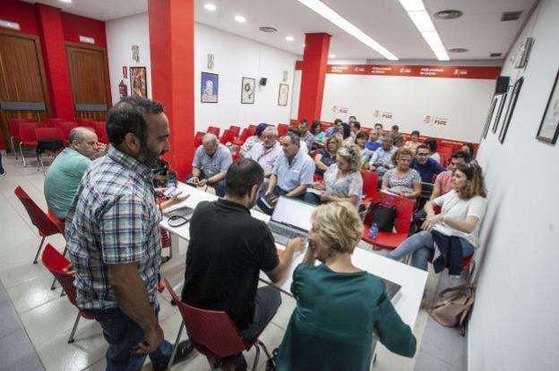 Reunión de la ejecutiva provincial del PSOE donde se propusieron los nombres de los diputados. :: J.REY/
