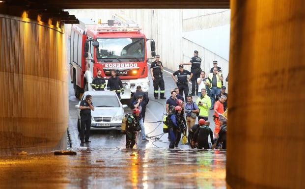 Bomberos rescatan el cadaver del un hombre atrapado en un túnel anegado por una importante tromba de agua en Almería.
