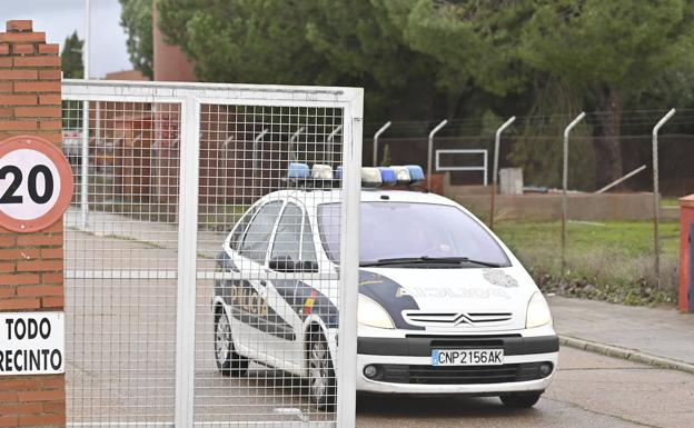 Acceso a la cárcel de Badajoz:: J.V. ARNELAS /