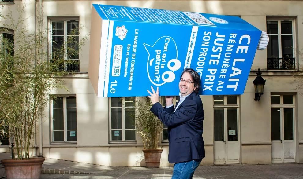 Nicolas Chabanne porta un cartón gigante de su marca de leche, que se ha convertido en una de las más demandadas en Francia. ::