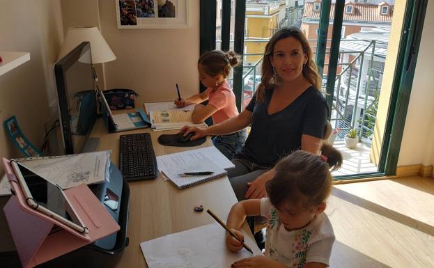 Victoria Narciso es maestra de Primaria en el CEIP Cerro de Reyes en Badajoz y madre de dos hijas. /HOY