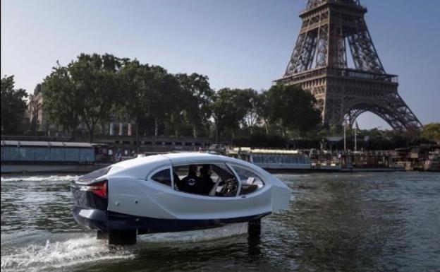 Un SeaBubble navega en el Sena a su paso por París./AFP