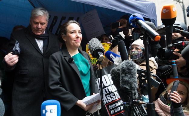 Stella Moris, pareja y abogada y Julian Assange, comparece tras conocerse la decisión judicial. /Afp