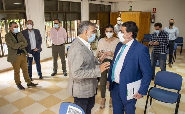 José María Vergeles con el alcalde de Plasencia, visitando la ciudad esta mañana. / ANDY SOLÉ