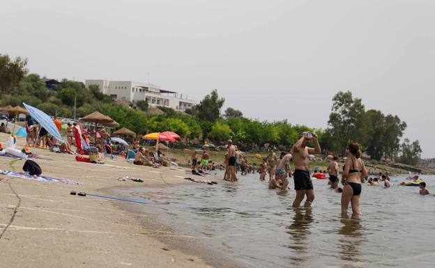 Bañistas en la playa de Orellana, este domingo.  / Star Domeque