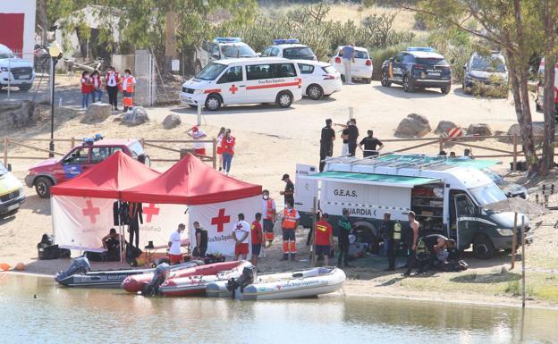 La profundidad y el agua turbia dificultan las labores de búsqueda del hombre desaparecido en Proserpina