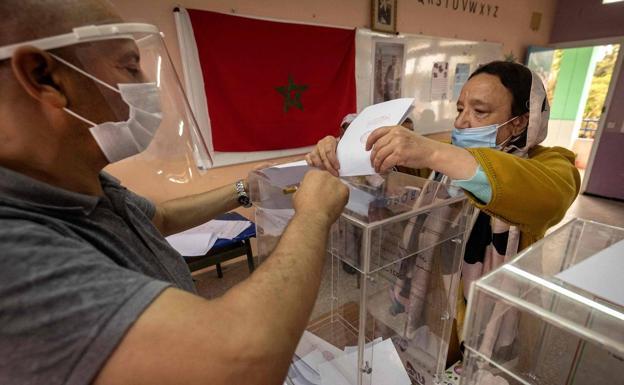 Isang babae ang bumoto sa isang electoral college sa Rabat.  / Ahensya ng Press ng France