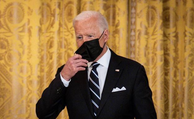 Tinanggal ni Joe Biden ang kanyang maskara, sa isang pagdiriwang sa White House.  / mag-angat