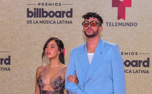Bad Bunny y su novia, Gabriela Berlingeri, posan en la alfombra roja de los Premios Billboard./efe