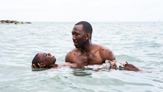 Ashton Sanders y Mahershala Ali, en 'Moonlight'./